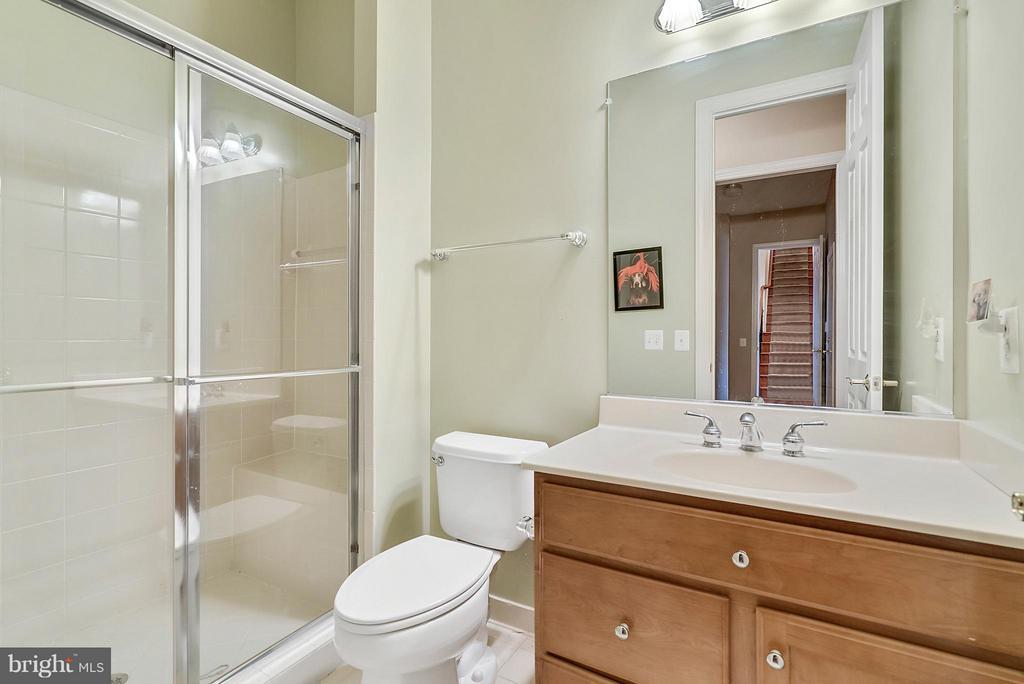Main level full bath - 27429 BRIDLE PL, CHANTILLY