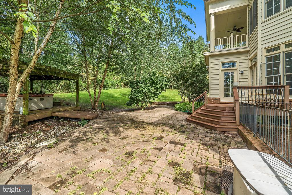 Large Backyard with patio and hot tub - 27429 BRIDLE PL, CHANTILLY