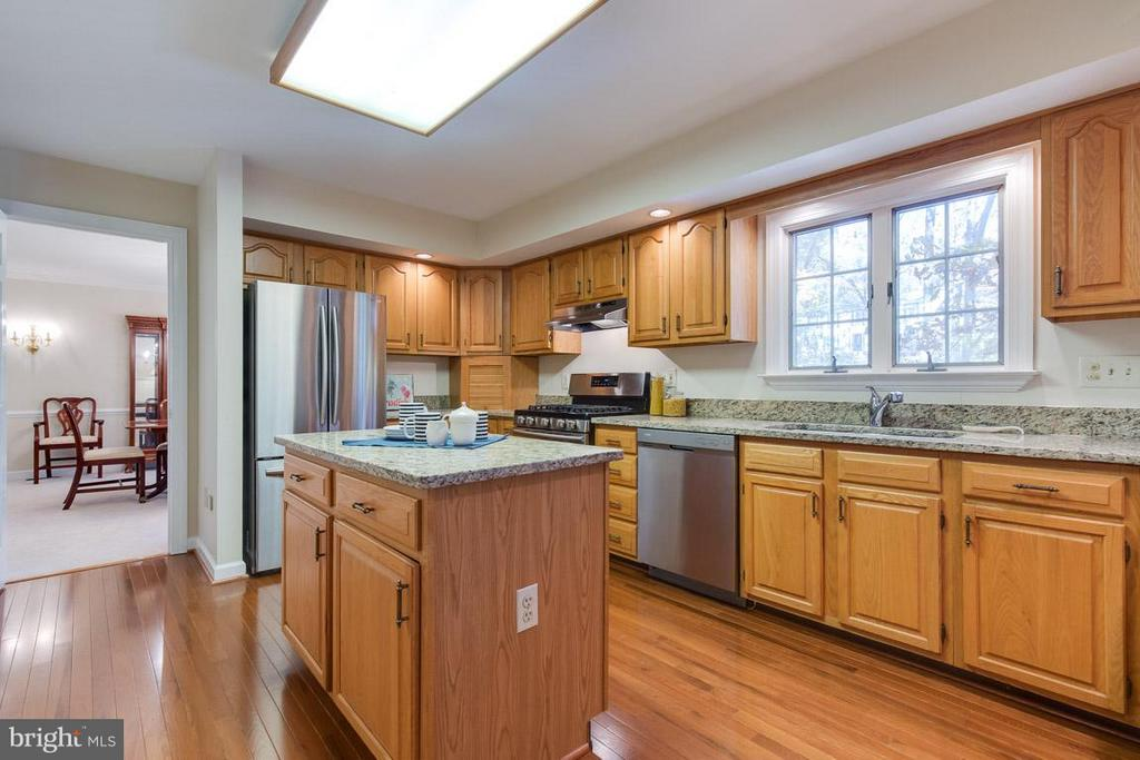 Stainless steel appliances - 9879 HEMLOCK HILLS CT, MANASSAS