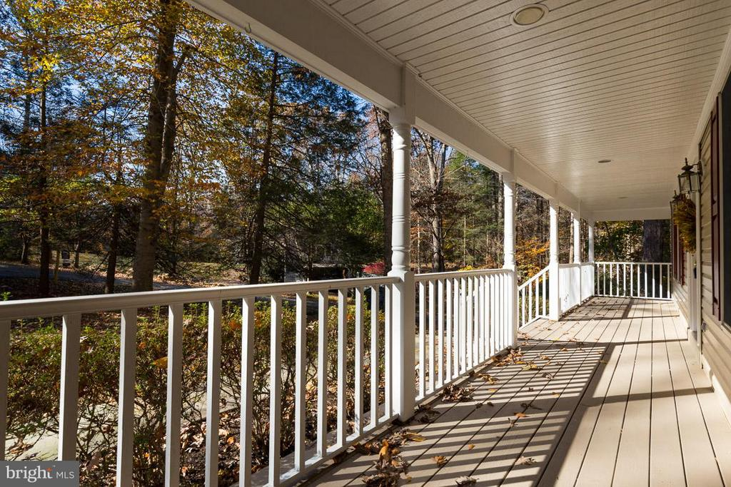 Full front porch to welcome you home. - 9879 HEMLOCK HILLS CT, MANASSAS