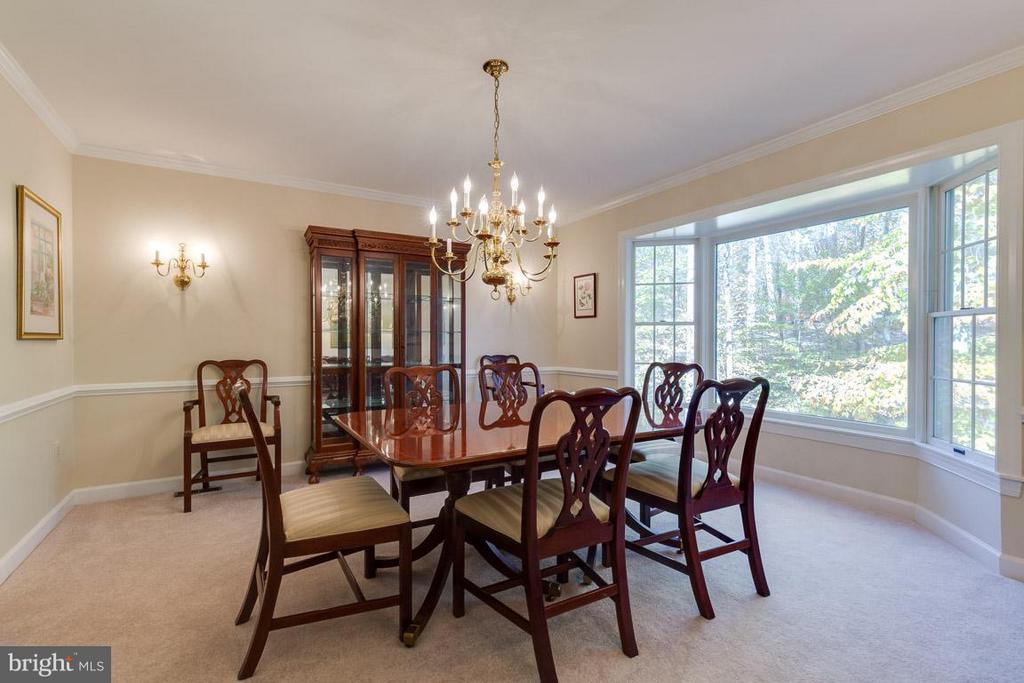 Crown and chair railings - 9879 HEMLOCK HILLS CT, MANASSAS