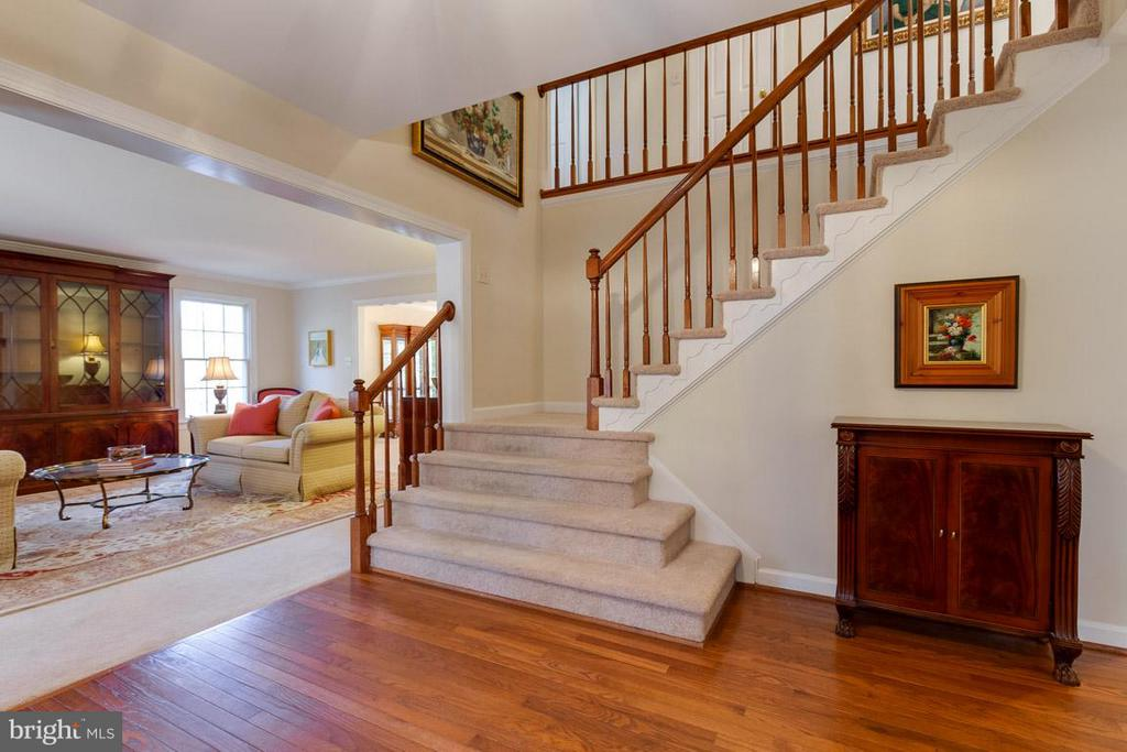 Hardwood floors and grand stair case in foyer - 9879 HEMLOCK HILLS CT, MANASSAS