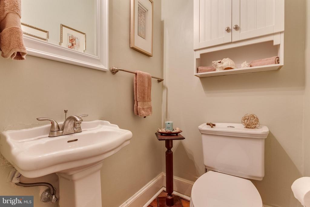 Main level powder room - 425 QUEEN ST, ALEXANDRIA