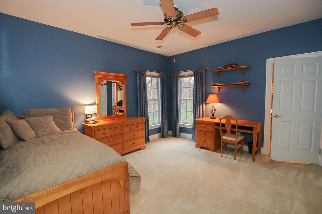 4th bedroom with shared dual entry bath - 18733 GROVE CHURCH CT, LEESBURG