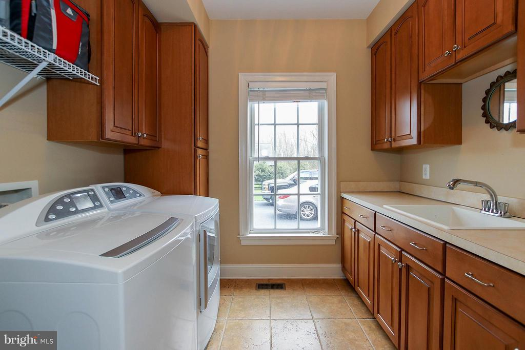 Convenient laundry mud room - 18733 GROVE CHURCH CT, LEESBURG