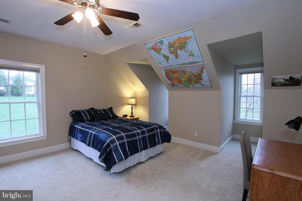 Lovely bedroom with dormers and dual entry bath - 18733 GROVE CHURCH CT, LEESBURG