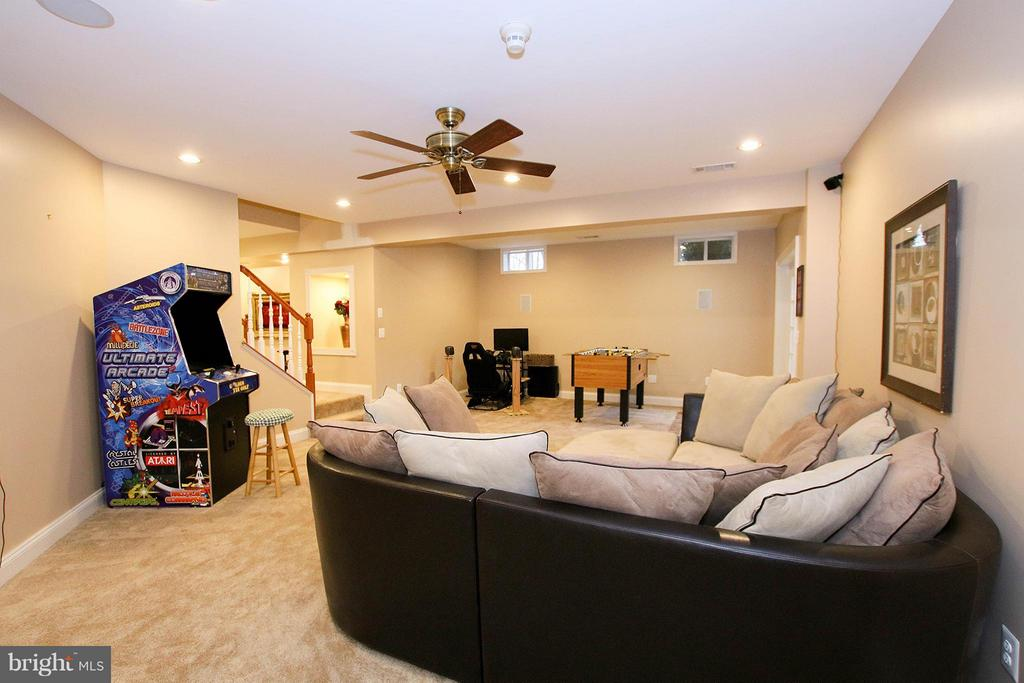 2nd family room offers walk out to rear - 18733 GROVE CHURCH CT, LEESBURG
