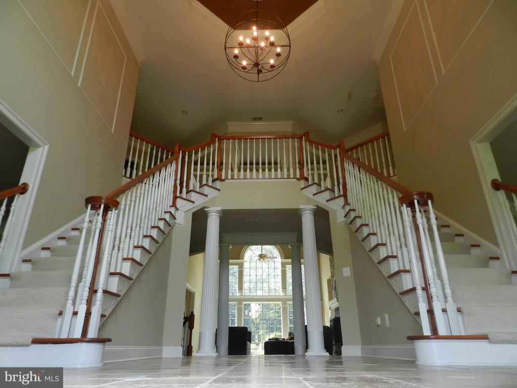Stunning 2-story foyer offers double staircase - 18733 GROVE CHURCH CT, LEESBURG