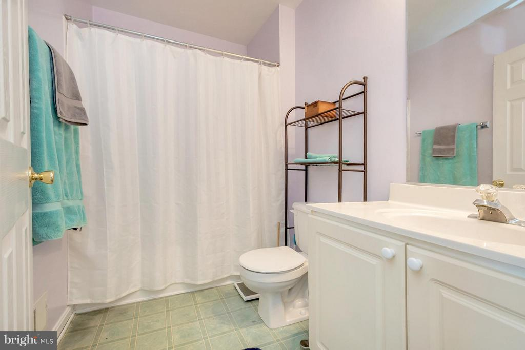 Upstairs hall bath - 4994 MARSHLAKE LN, DUMFRIES