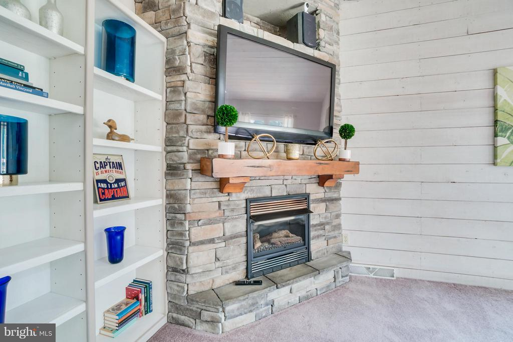 Lovely Gas Fireplace & Built-ins!!! - 1435 LAKEVIEW PKWY, LOCUST GROVE