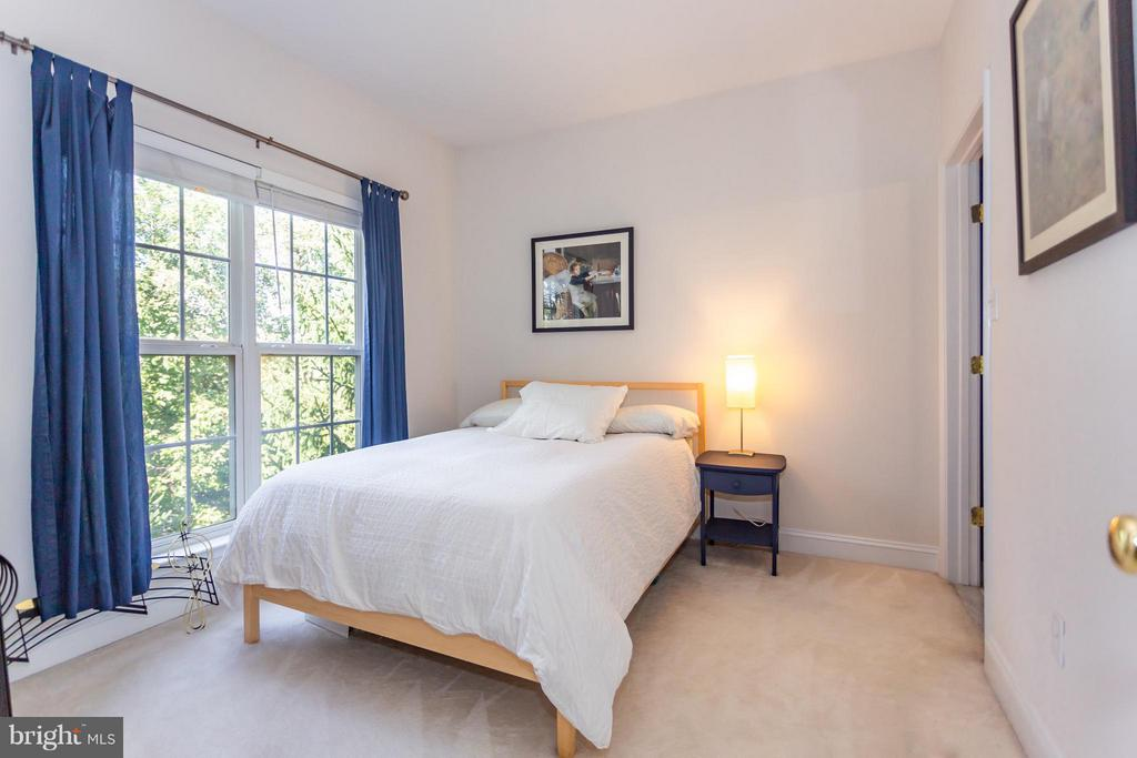 Bedroom with treed common ground views - 11314 WESTBROOK MILL LN #303, FAIRFAX