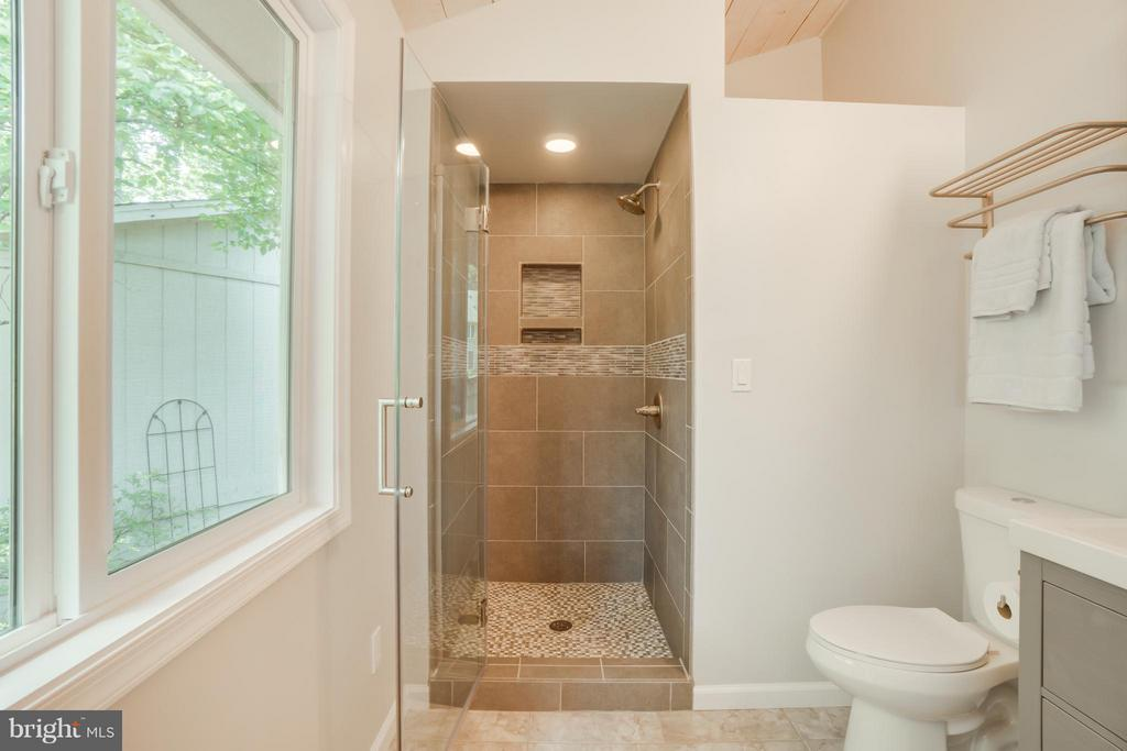 Lovely Tile Shower with Glass Door!!! - 1435 LAKEVIEW PKWY, LOCUST GROVE
