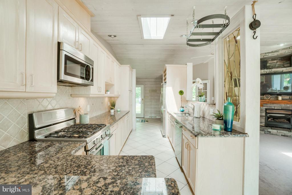 Tile Backsplash, Stainless Appliances, Wow!!! - 1435 LAKEVIEW PKWY, LOCUST GROVE