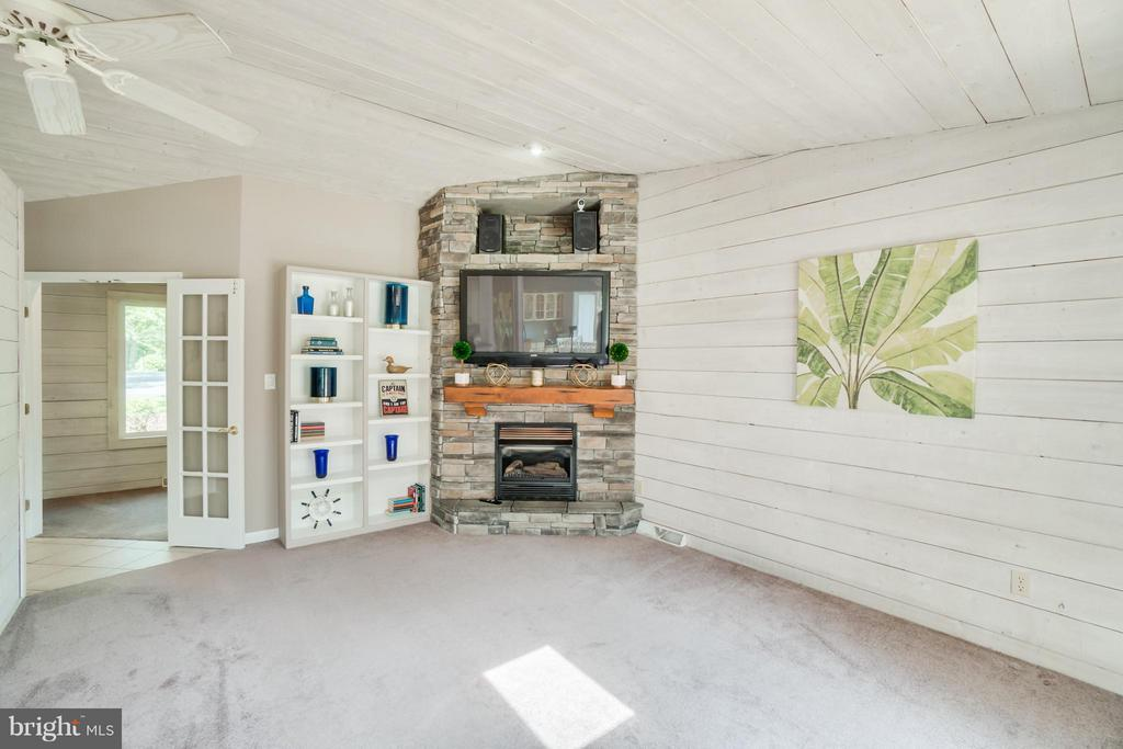 Charming Wood Walls!!! - 1435 LAKEVIEW PKWY, LOCUST GROVE