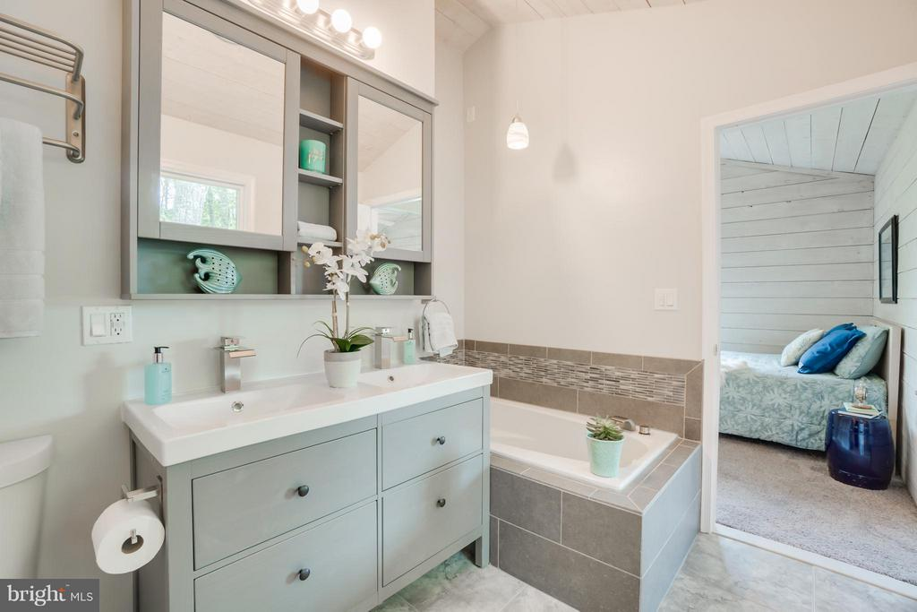 Relax in the Spa-like Bath!!!! - 1435 LAKEVIEW PKWY, LOCUST GROVE