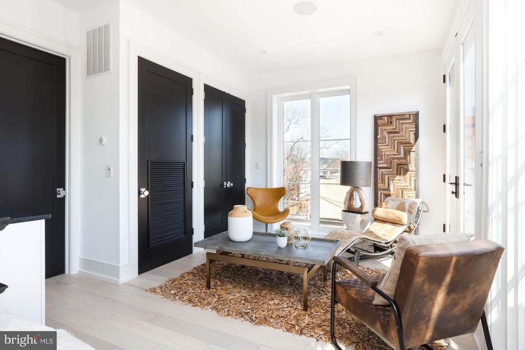 Sitting Room Outside of Master Bedroom - 727 EUCLID ST NW #B, WASHINGTON