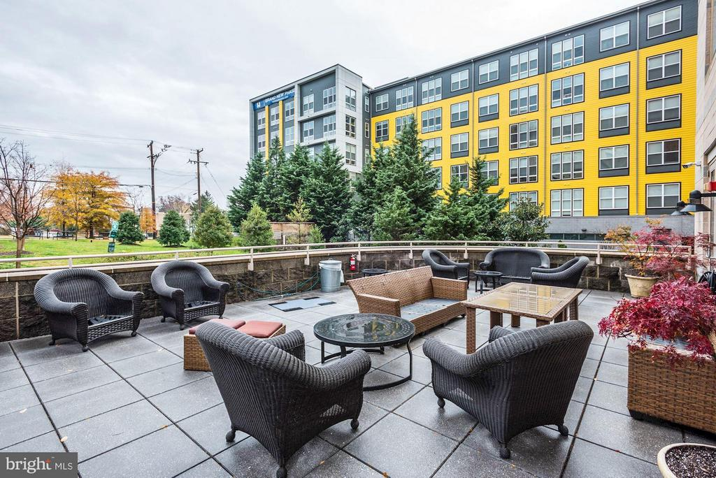 Community Outdoor Lounge - 2726 GALLOWS RD #113, VIENNA