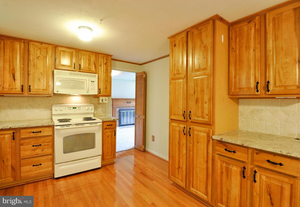 Bright Kitchen - 406 OAKRIDGE DR, STAFFORD