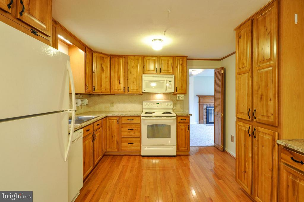 Lovely Hardwood - 406 OAKRIDGE DR, STAFFORD
