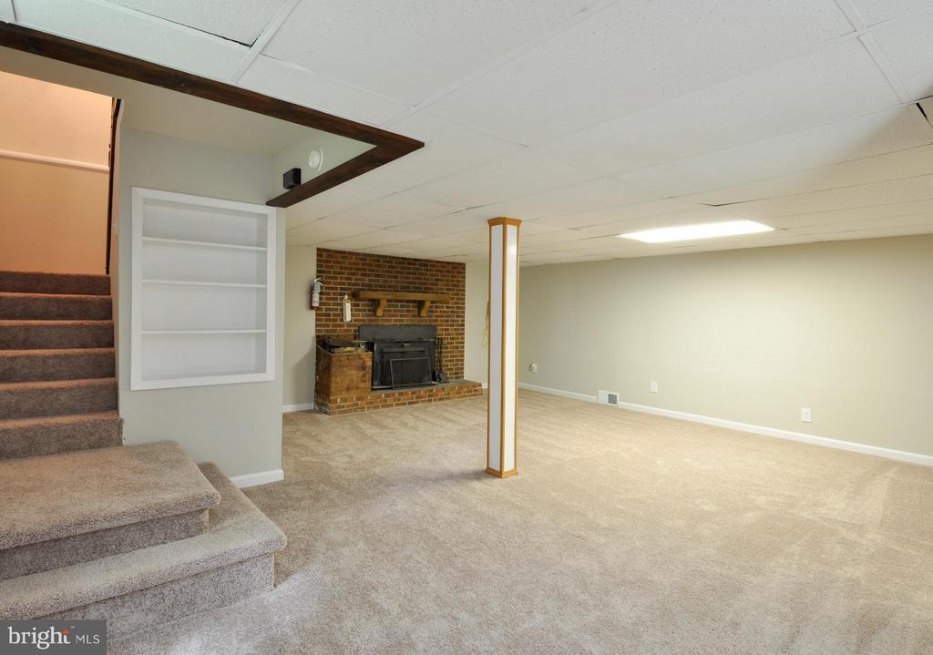 Great Family Room/Rec Room - 406 OAKRIDGE DR, STAFFORD