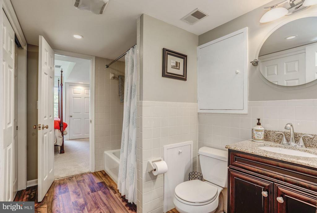 Lower level full bath - 23443 MELMORE PL, MIDDLEBURG