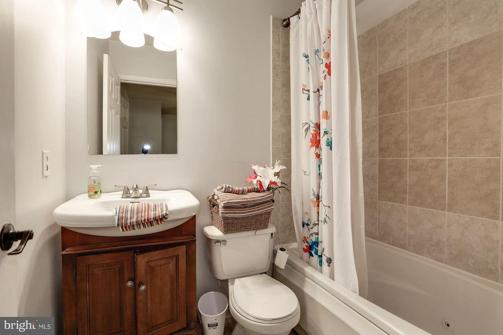 Hall Bathroom - 1138 FLORIDA AVE NE #1, WASHINGTON