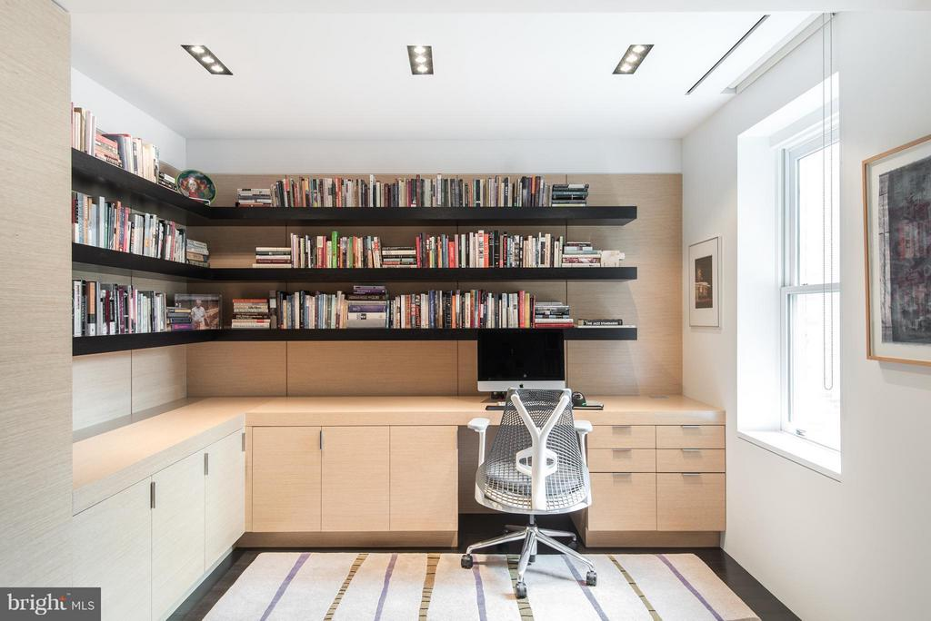 Custom built-in desk in Den - 2101 CONNECTICUT AVE NW #24, WASHINGTON