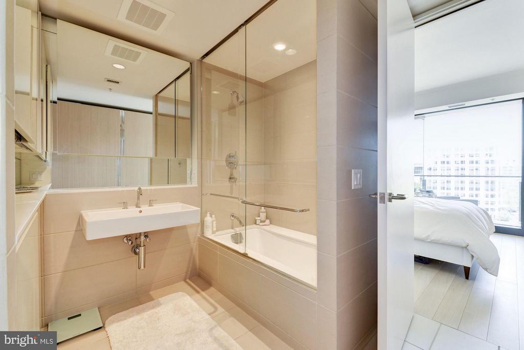 Bath - 920 I ST NW #1006, WASHINGTON