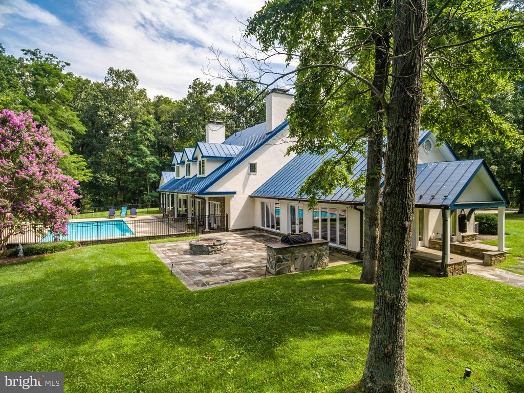 House looks out on lovely vistas and pool - 20022 TRAPPE RD, BLUEMONT