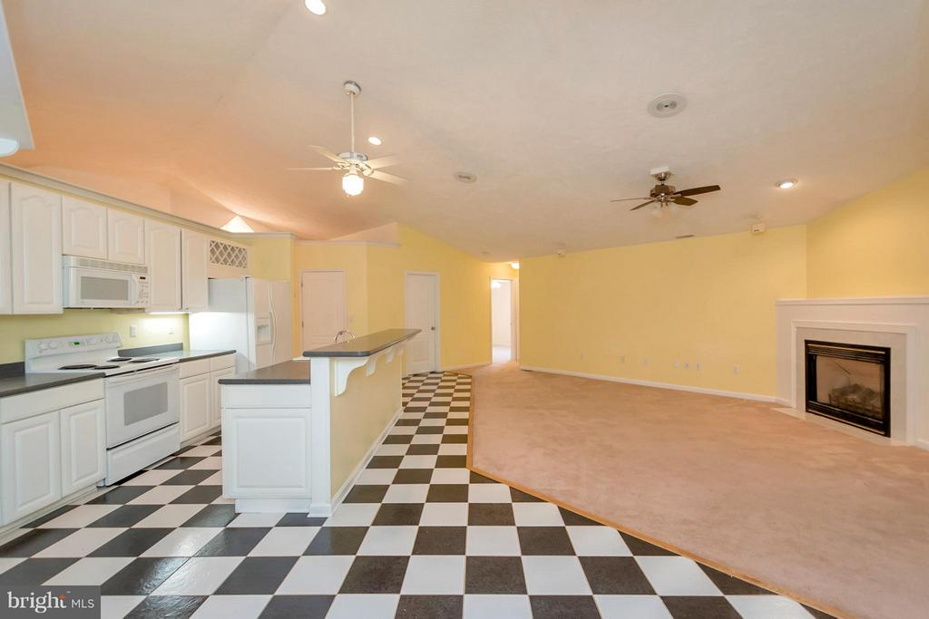 Timeless black and white kitchen - 118 JEFFERSON AVE, LOCUST GROVE