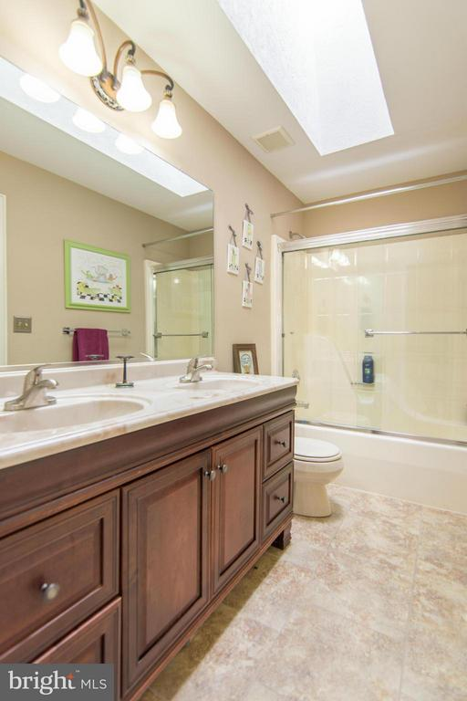 Two bedrooms share this full bathroom - 1020 STONINGTON DR, ARNOLD