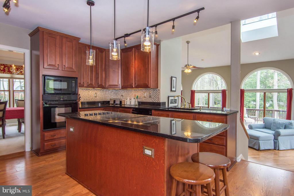 Kitchen overlooks family room - 1020 STONINGTON DR, ARNOLD