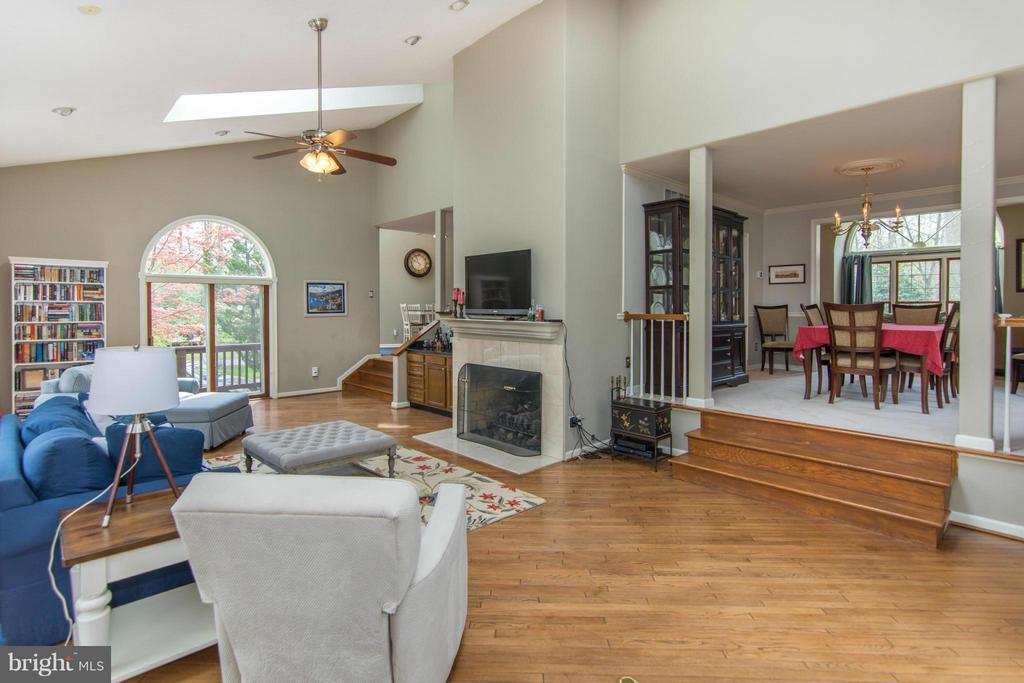 Expansive Family Room - 1020 STONINGTON DR, ARNOLD