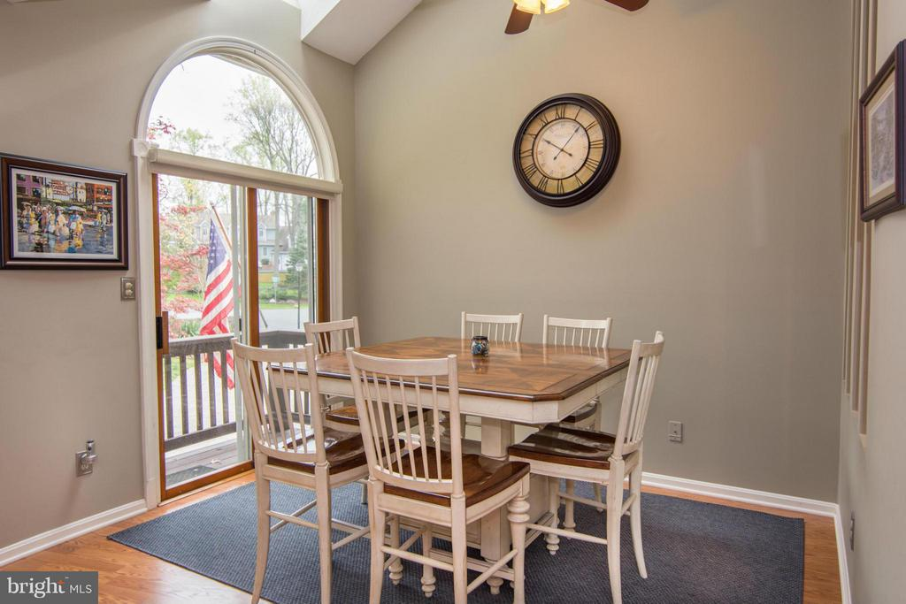 Kitchen leads out to deck - 1020 STONINGTON DR, ARNOLD