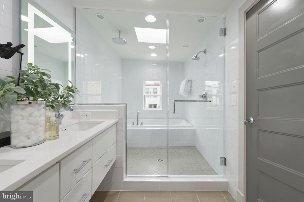 Master bath w wet room and water closet. - 322 ADOLF CLUSS CT SE #N, WASHINGTON