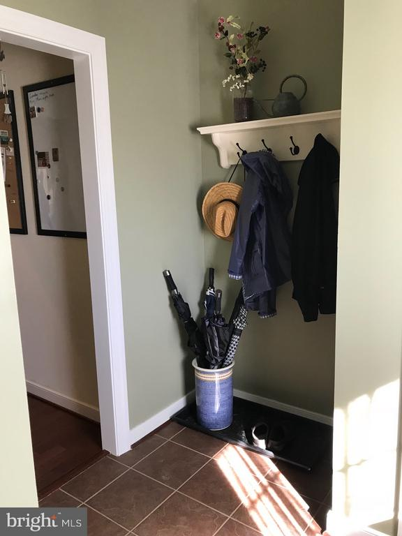 Large mudroom. - 6 SCARLET FLAX CT, STAFFORD