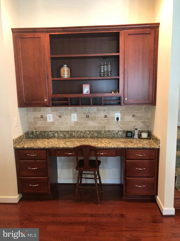 Workstation and additional storage in kitchen. - 6 SCARLET FLAX CT, STAFFORD