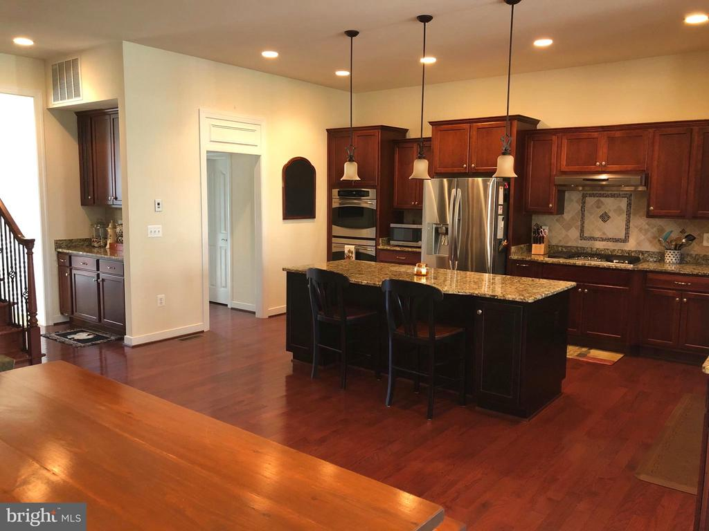 Super-sized well appointed kitchen. - 6 SCARLET FLAX CT, STAFFORD