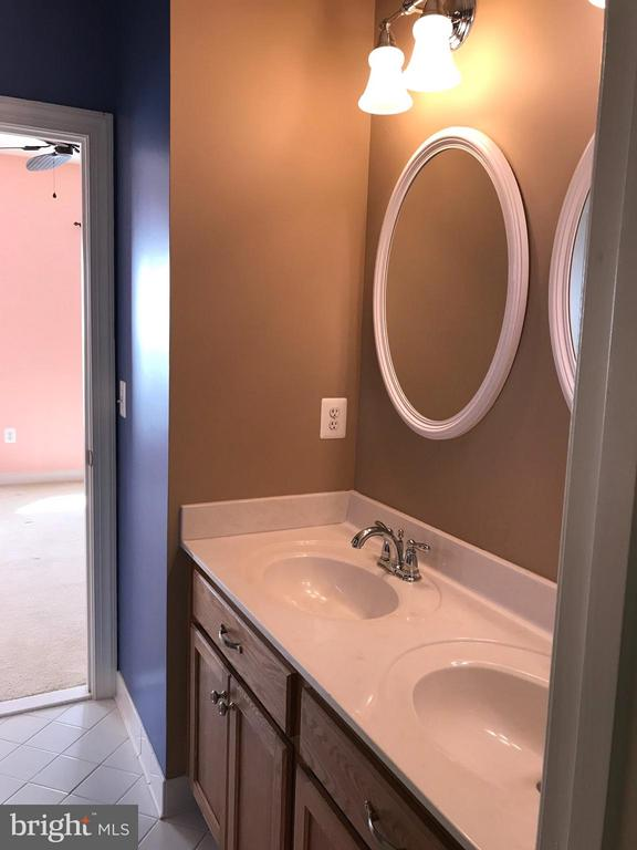 Jack and Jill bath between 2nd and 3rd bedrooms. - 6 SCARLET FLAX CT, STAFFORD