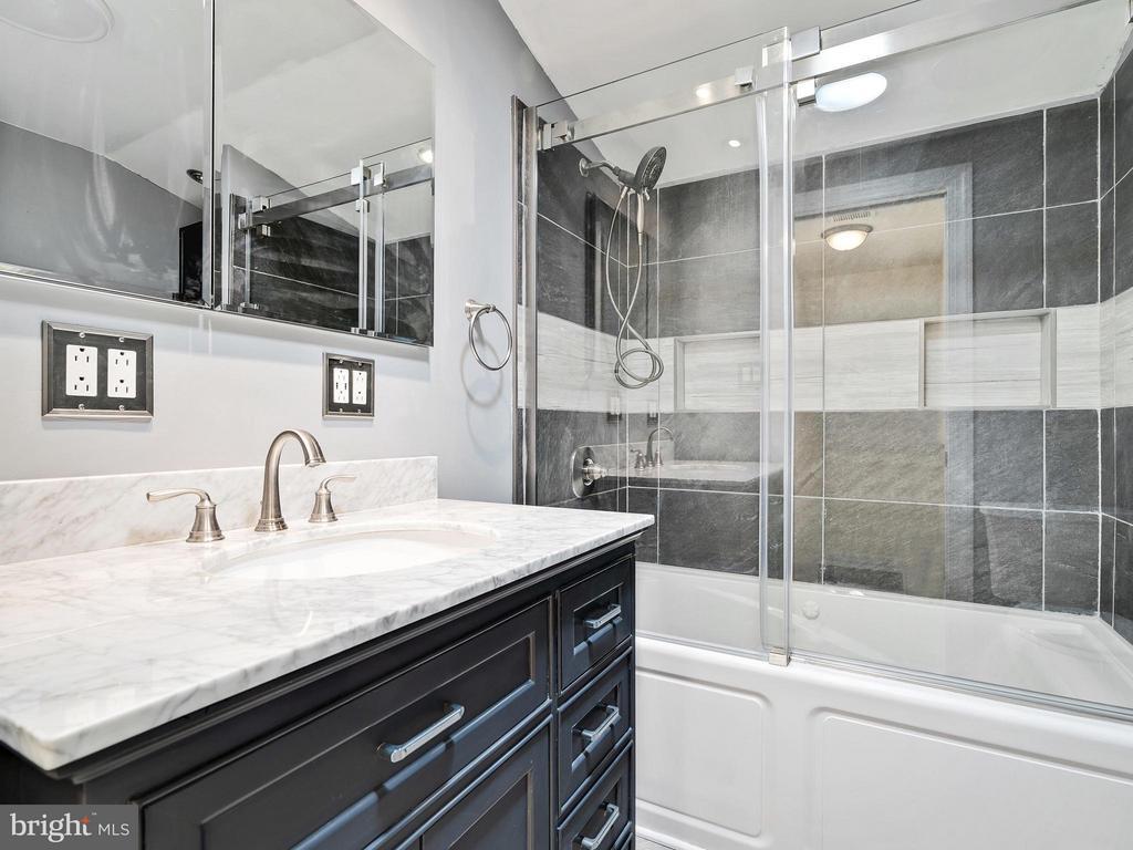 Newly Remodeled Bathroom - 14212 MAPLEDALE AVE, WOODBRIDGE