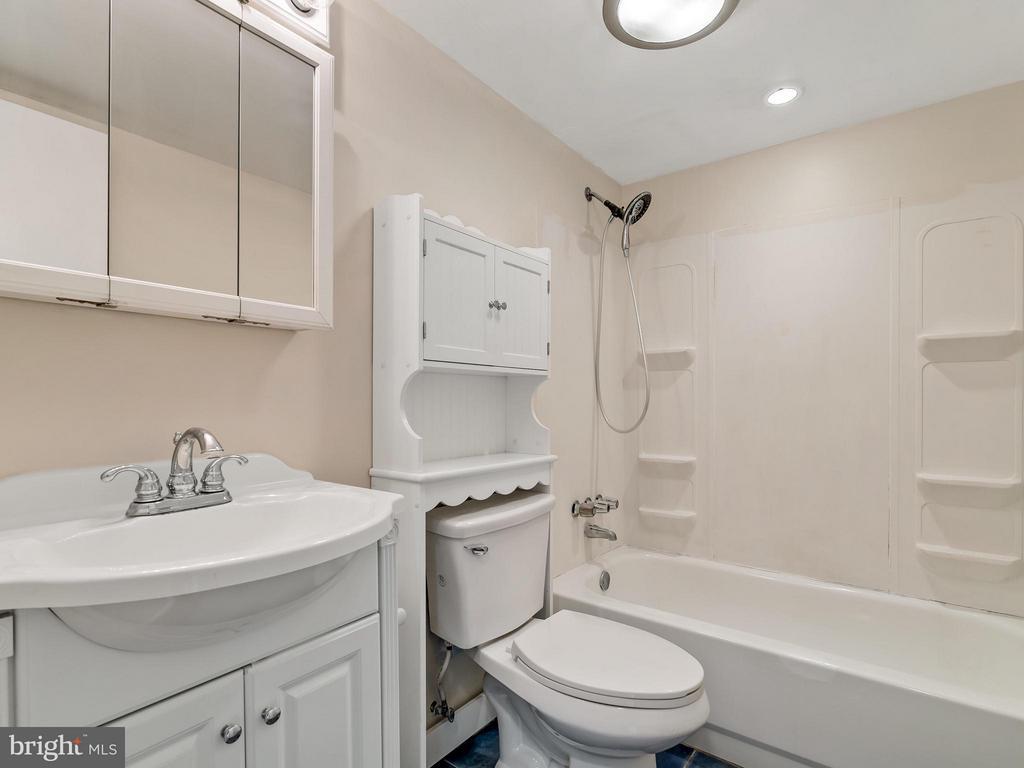 Main level Bathroom - 14212 MAPLEDALE AVE, WOODBRIDGE