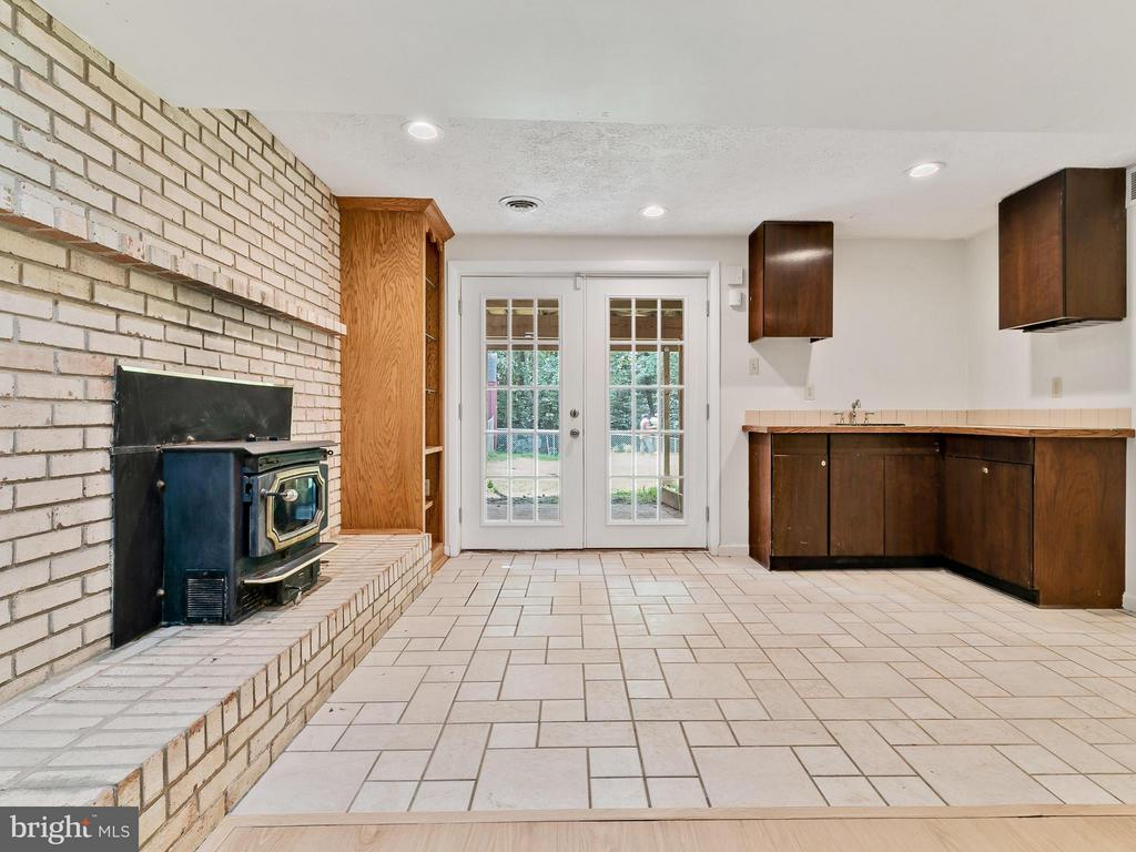 Cozy Fireplace and sink with cabinets and counter - 14212 MAPLEDALE AVE, WOODBRIDGE