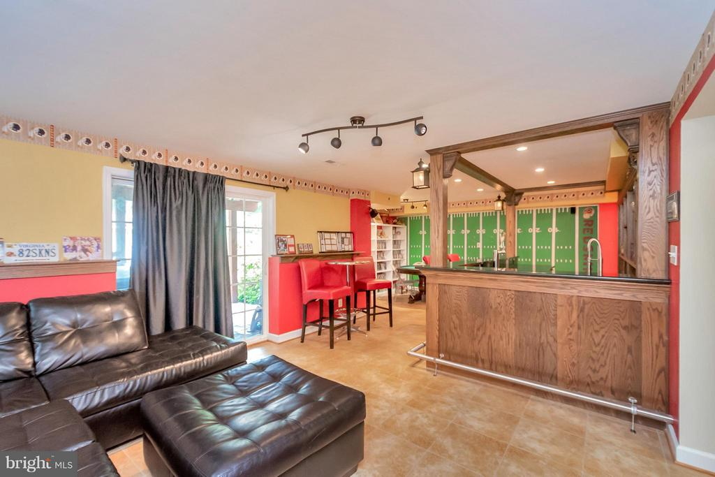 Basement with Fully Equipped Bar - 11904 BUTTERCUP LN, FREDERICKSBURG