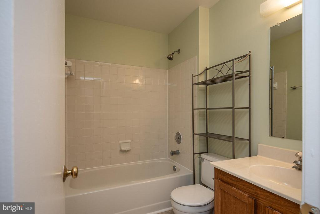 Bath - 57 MCPHERSON CIR, STERLING