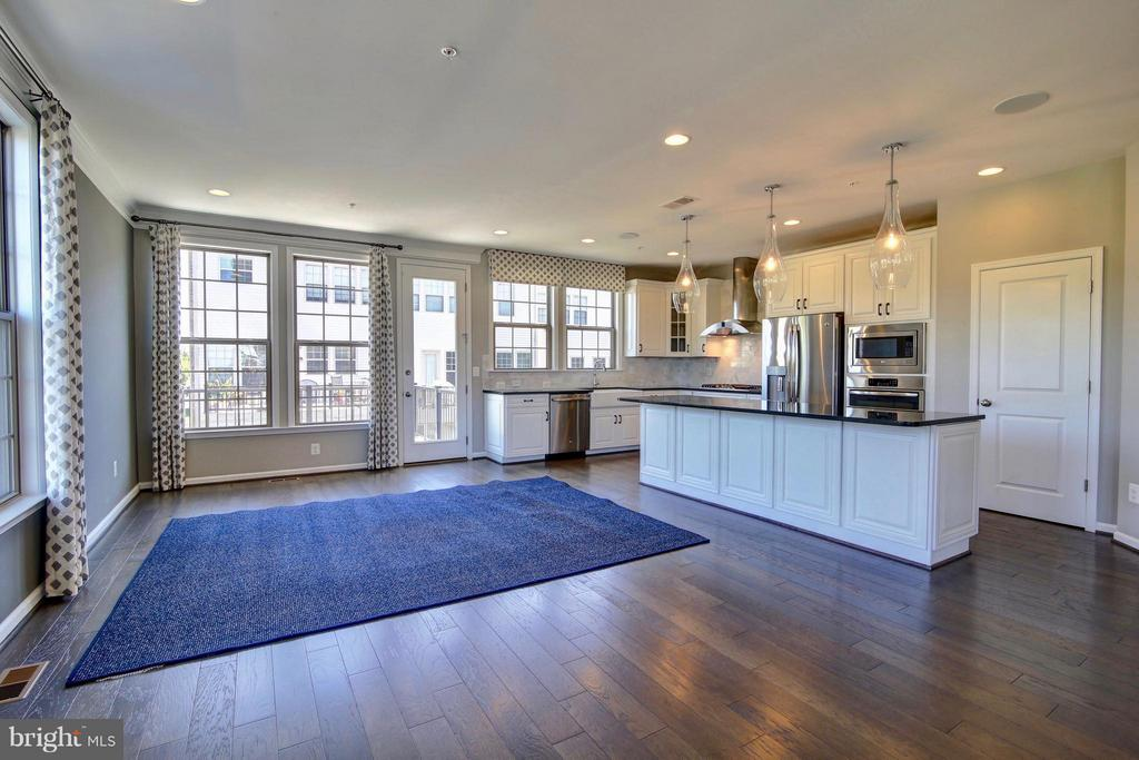 Huge Eat In Kitchen Perfect for Entertaining - 23386 EPPERSON SQ, ASHBURN
