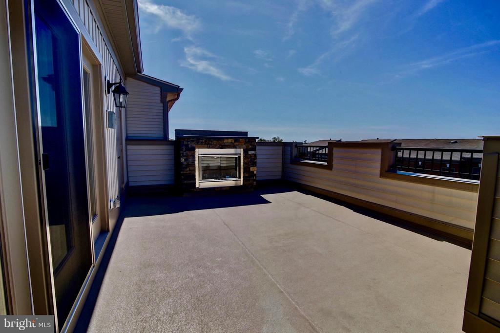 Rooftop Terrace With Upgraded Fireplace - 23386 EPPERSON SQ, ASHBURN