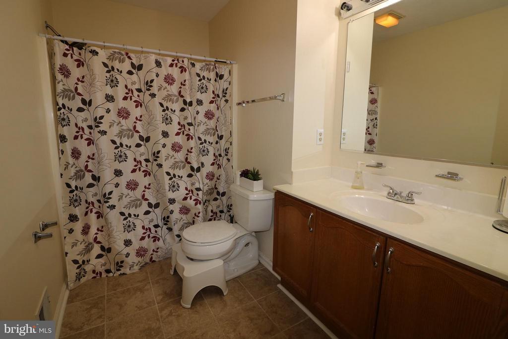 Full bath upper level. - 529 BLACKSBURG TER NE, LEESBURG