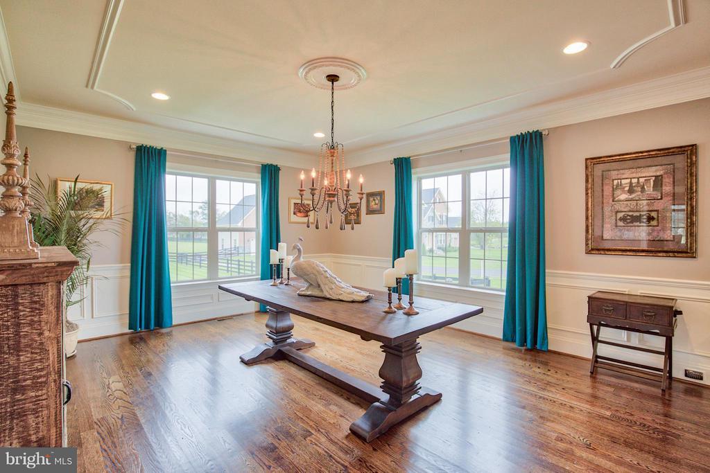 Dining Room with custom millwork - 17331 WESTHAM ESTATES CT, HAMILTON