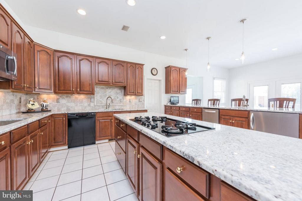 Kitchen - 5900 SUNDOWN RD, GAITHERSBURG