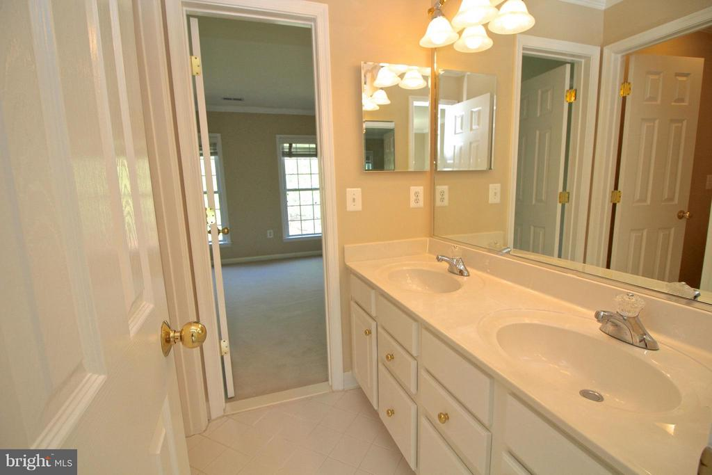 Jack and Jill bath connecting two bedrooms - 11520 SUMMIT RIDGE CT, MANASSAS